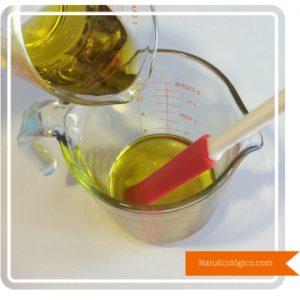 Echando Aceite de Oliva sobre Aceite de Coco