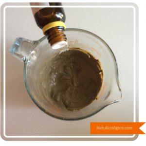 Añadiendo Aceites Esenciales de Limón y Árbol de Té